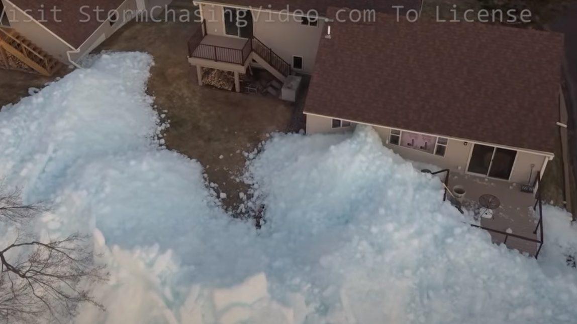 Tsunami di ghiaccio investe le coste del Lago Mille Lacs. Danni alle case
