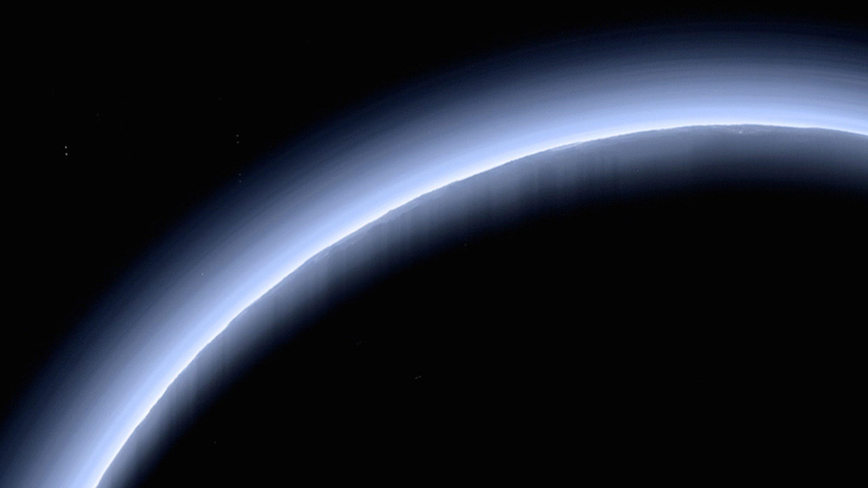 Plutone: scoperta l'origine della foschia blu che avvolge il pianeta nano