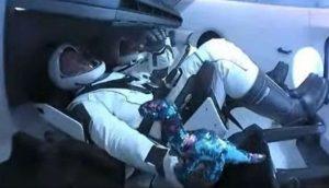 SpaceX, cos'è lo strano oggetto nell'abitacolo della Crew Dragon?