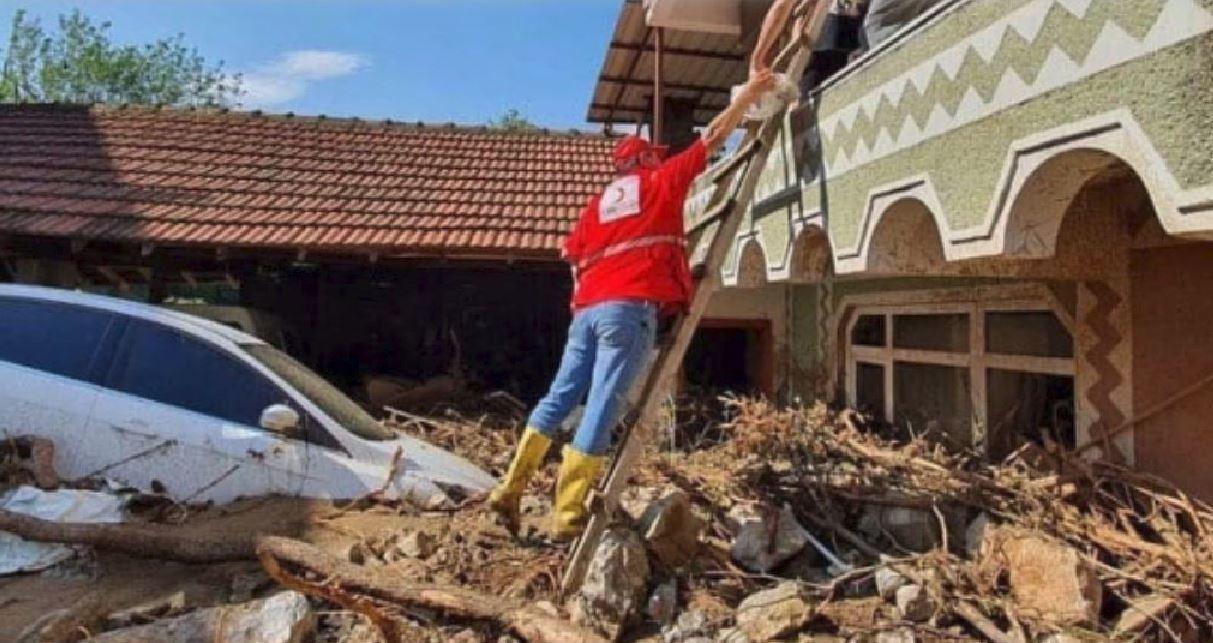 Spaventosa alluvione lampo in Turchia: auto trascinate via, strade inagibili. Almeno 5 morti