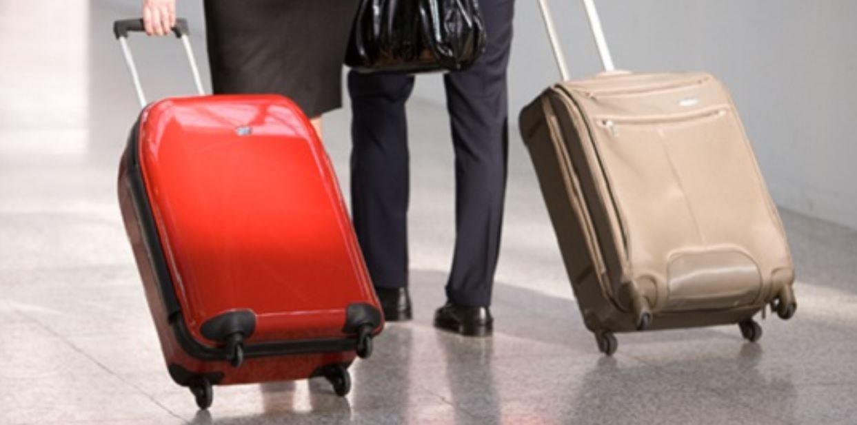 Coronavirus e voli: da oggi addio al bagaglio a mano in aereo