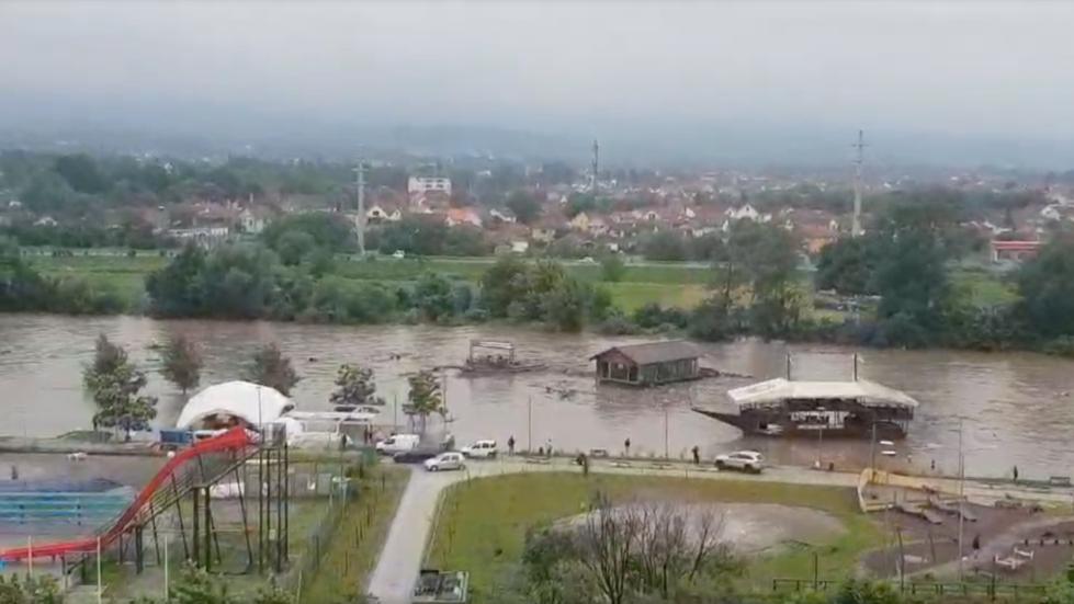 Forti piogge in Serbia: due ristoranti trascinati dal fiume