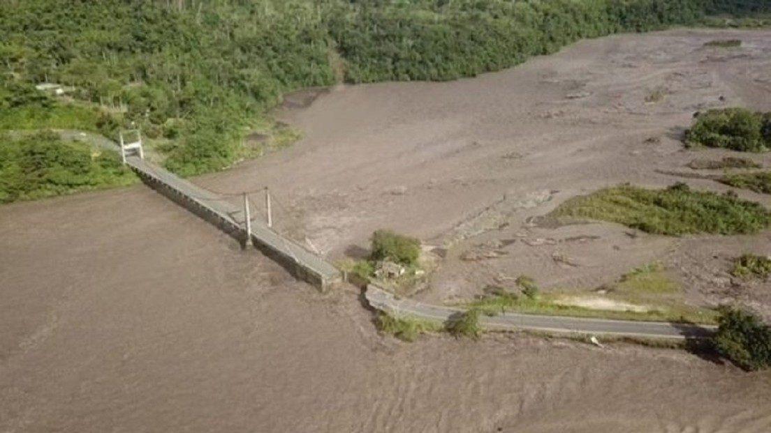 Ecuador: le piogge fanno crollare ponte sul fiume Upano