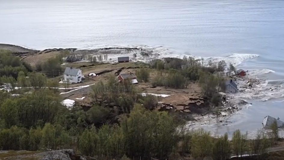 Norvegia: colossale frana trascina le case in mare. Il video