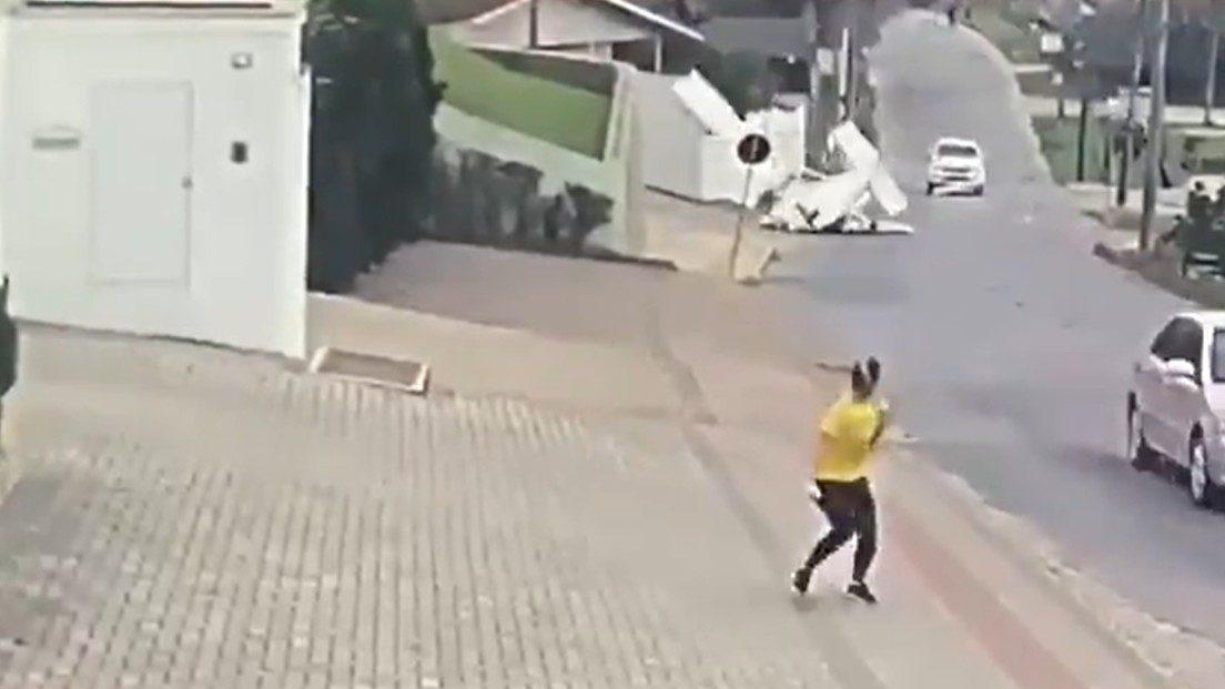 Brasile: aereo precipita in una strada. Il video