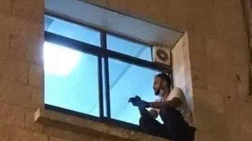 Palestina: si arrampica sulla finestra dell'ospedale per salutare la madre malata di coronavirus