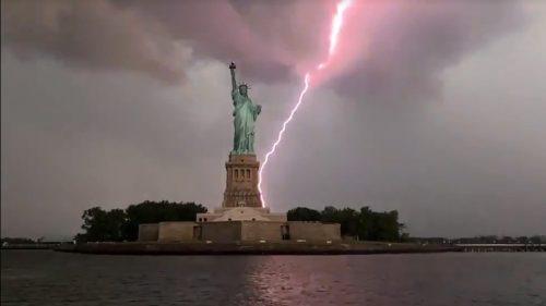 Fulmine colpisce Statua della Libertà: il video