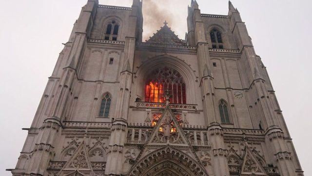 Francia: fiamme nella cattedrale di Nantes. I pompieri: 'Incendio fuori controllo'