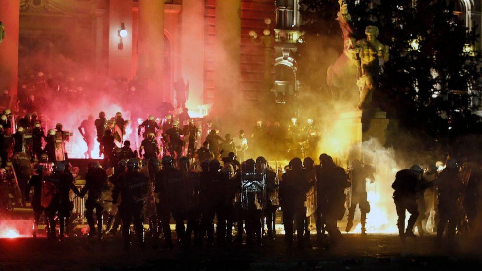 Serbia: il governo impone nuovo lockdown, ma la popolazione insorge