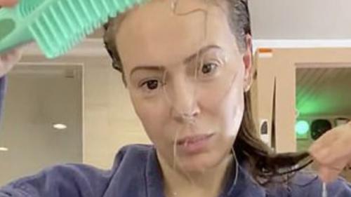 L'attrice di 'Streghe' Alyssa Milano, mostra gli effetti del covid-19 sui suoi capelli. Il video