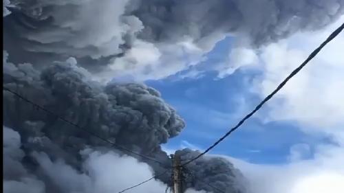 Indonesia: esplode il Sinabung, colonna di cenere di 5.000 metri oscura il cielo