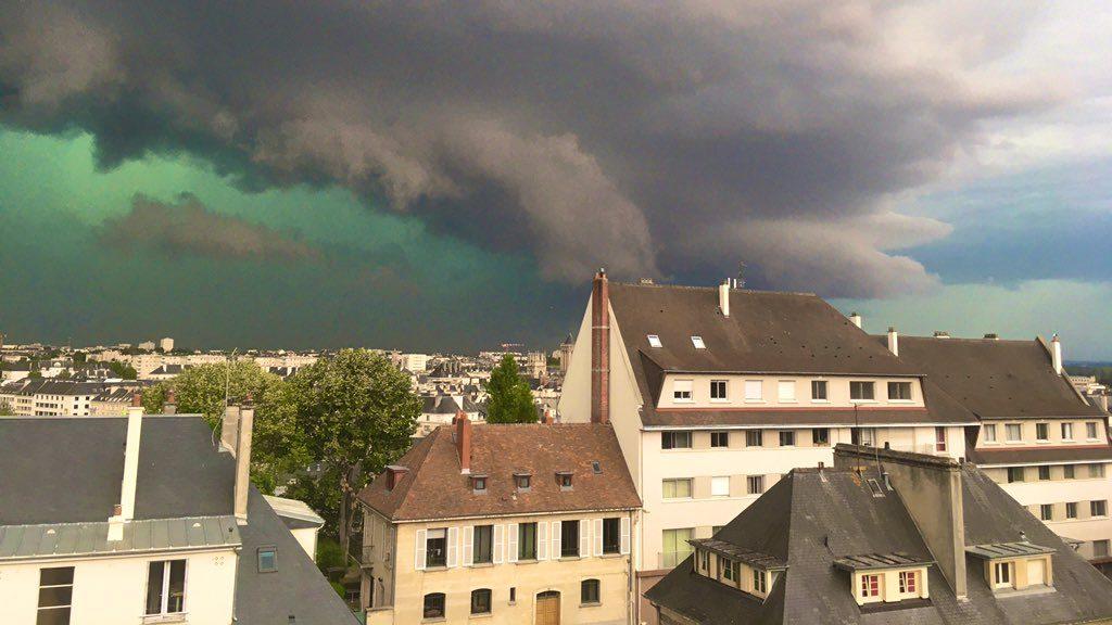Francia: il cielo si colora di verde prima di una forte tempesta