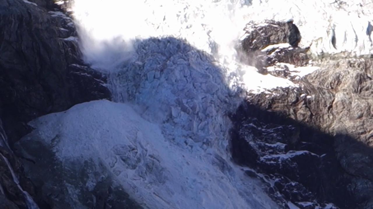 Alpi: il ghiacciaio Turtmann si 'spacca' e frana. Il video
