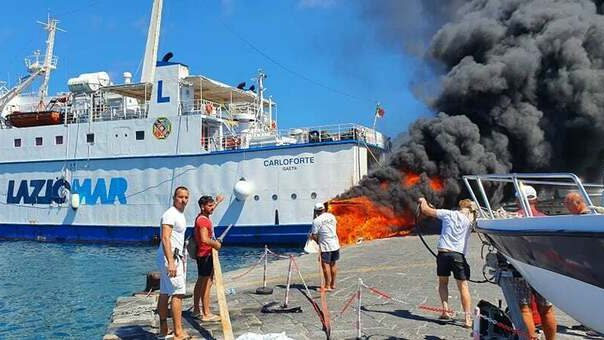 Ponza: esplode barca, famiglia si getta in mare