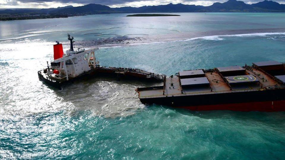 Mauritius: la nave incagliata si spezza in due. 1.180 tonnellate di carburante in mare