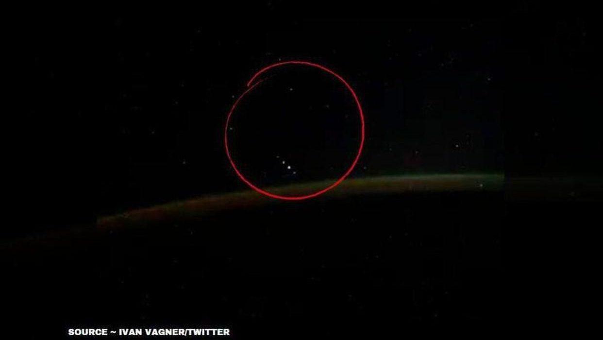 Spazio: cosmonauta  riprende strani oggetti dalla Stazione Spaziale