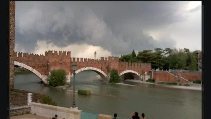 Maltempo a Verona: shelf cloud sulla città