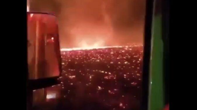 California: un vortice di fuoco si sviluppa tra le fiamme. Il video