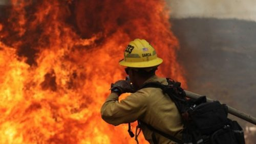 California: esplodono fuochi artificiali durante una festa e provocano colossale incendio