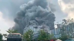 Cina: in fiamme edificio Huawei. Il video