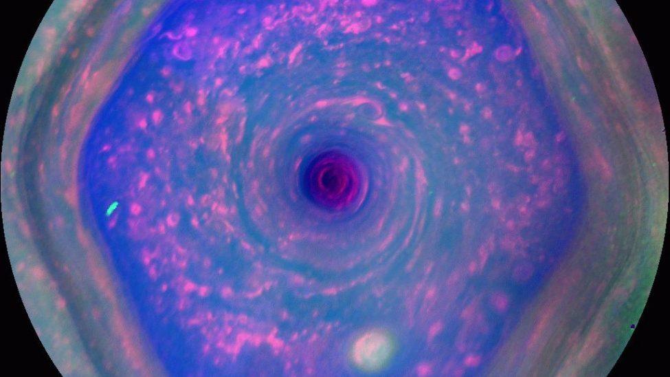 Saturno: scoperto il mistero dell'esagono del polo nord