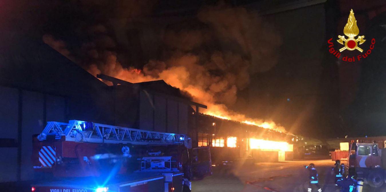 Spaventoso incendio nel porto di Ancona: molti danni, fumo anche in centro