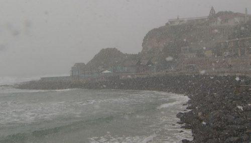 Neve in primavera: potente tempesta imbianca le spiagge in Nuova Zelanda
