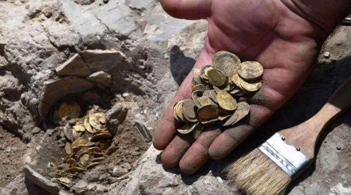 Scoperto un vaso contenente 425 monete d'oro a 24 carati: valore inestimabile