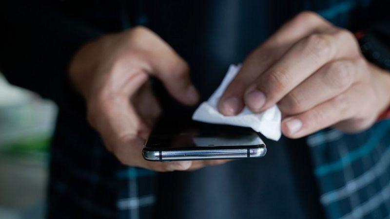 Coronavirus: quando tempo può rimanere sugli schermi degli smartphone?