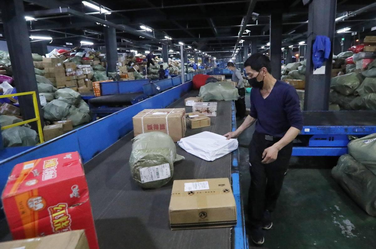 Coronavirus: in Sri Lanka oltre mille positivi in una fabbrica di mascherine