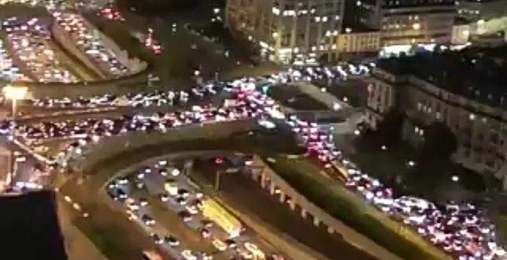 Parigi: code colossali in uscita dalla città. I parigini scappano dal lockdown