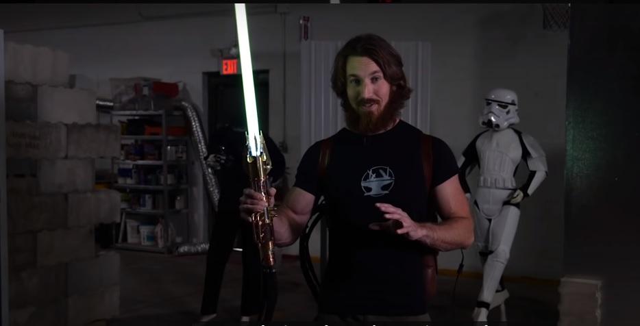 """Blogger crea una spada laser in stile """"Star Wars"""" che taglia l'acciaio"""