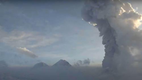 Erutta 'in diretta' il vulcano Bezymyanny in Kamchatka. Il video