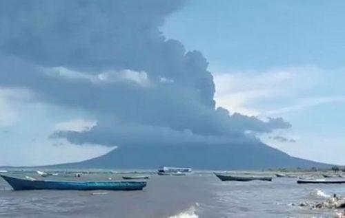 Erutta un vulcano in Indonesia, colonna di fumo alta 4 km: centinaia di evacuati