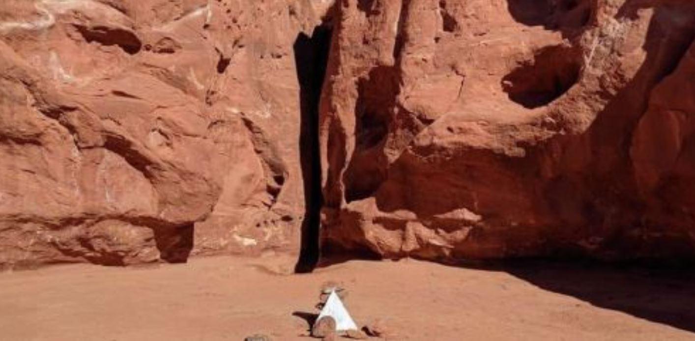 Scomparso nel nulla l'enorme monolite di metallo: ora al suo posto c'è una piramide