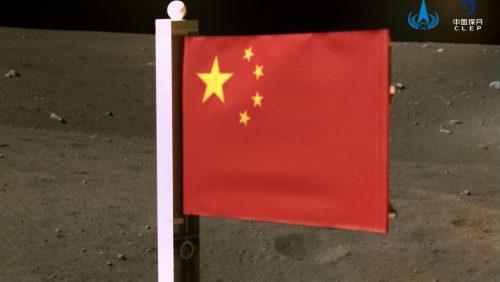 Spazio: sulla Luna arriva la bandiera cinese. Resisterà alle condizioni estreme