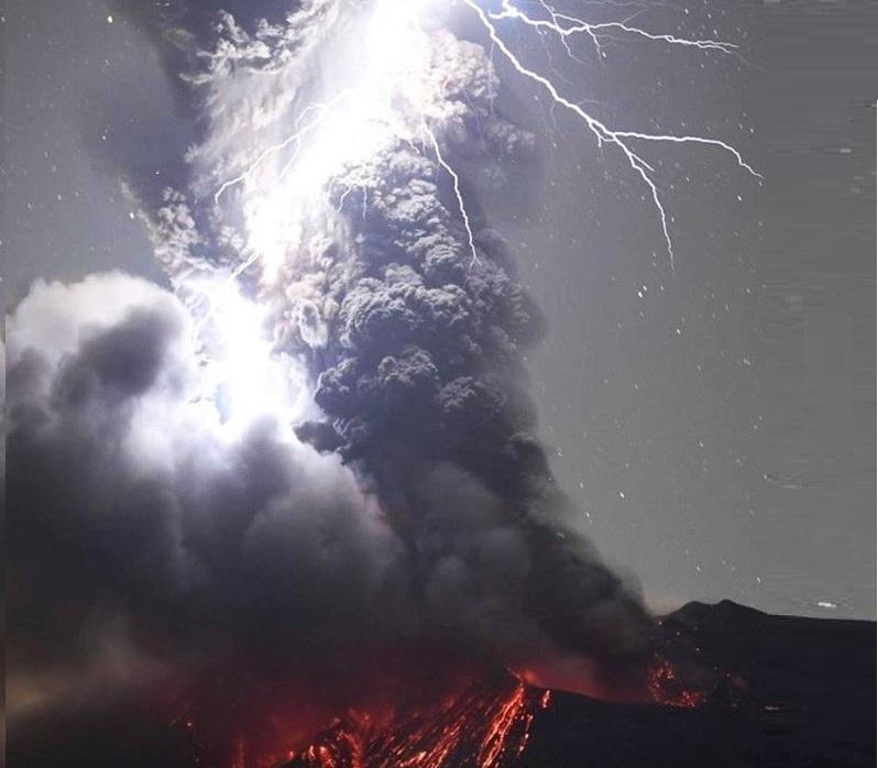 Giappone: l'eruzione del Sakurajima produce una serie incredibile di fulmini