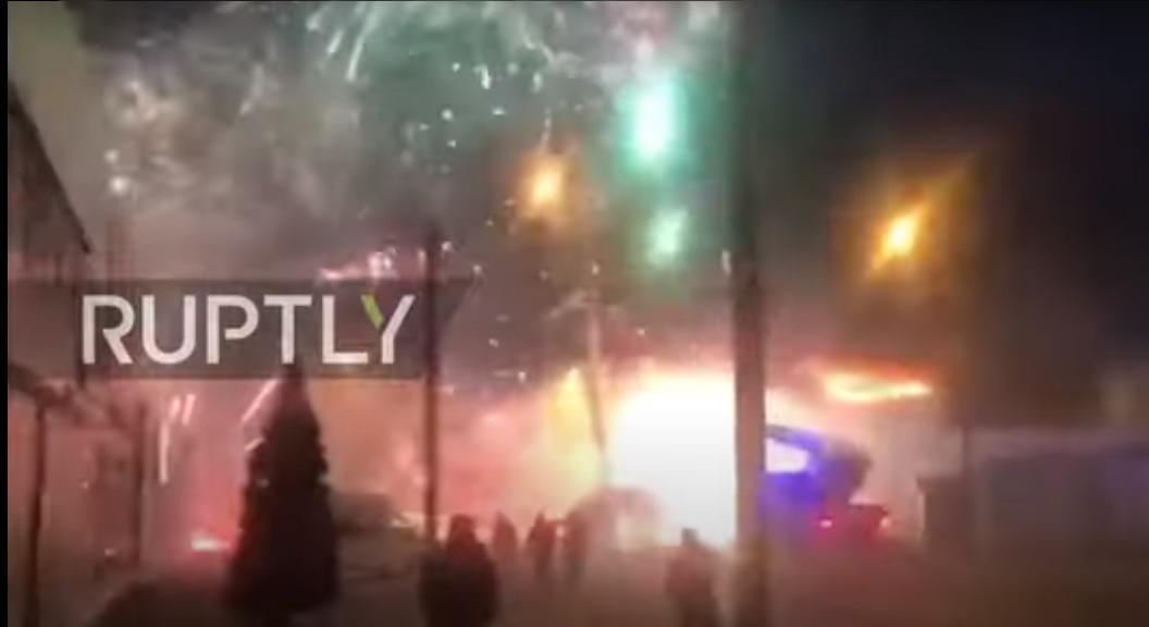 Russia: incendio in fabbrica di fuochi d'artificio. Spettacolo pirotecnico fuori controllo