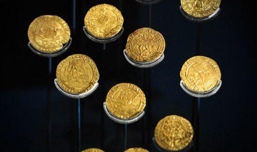 Zappano il terreno e trovano 64 monete d'oro della dinastia Tudor: il valore è enorme