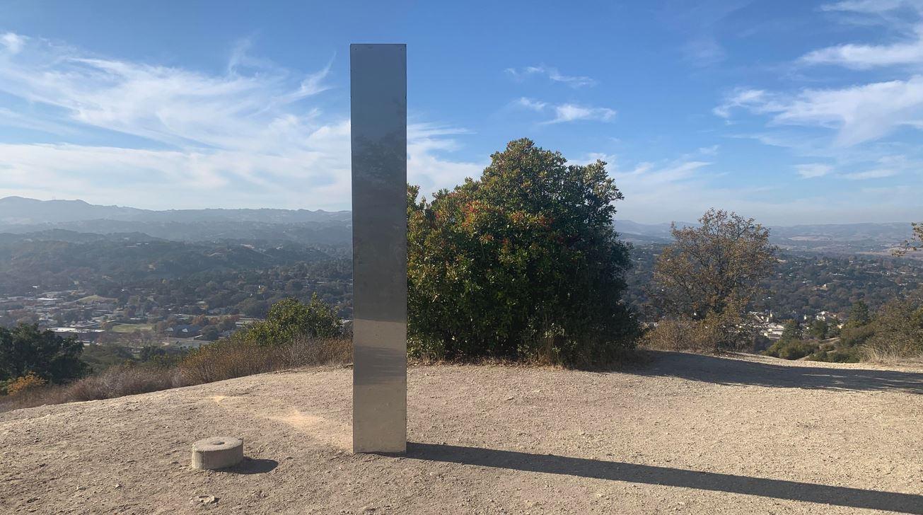 Terzo monolite metallico compare in  California: residenti stupiti ed estasiati