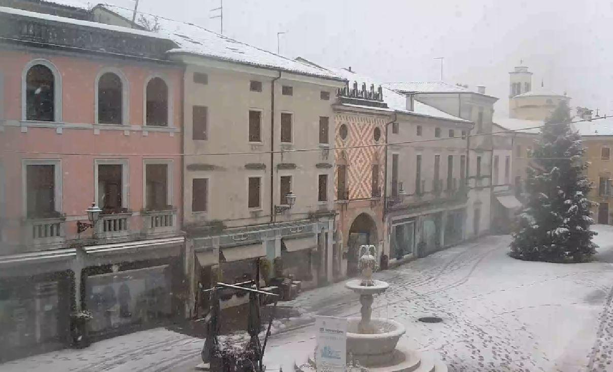 Nevicate in pianura: fiocchi in Piemonte, Lombardia e Veneto. Strade imbiancate