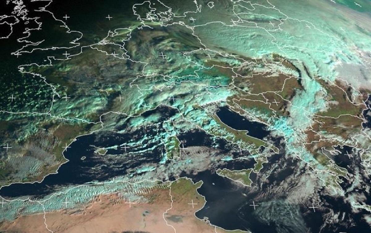 Enorme nube di polvere proveniente dal Sahara attraversa il Mediterraneo