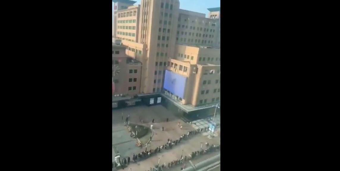 COVID: a Pechino lunghe file per i test di massa. Tamponi a milioni di persone
