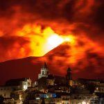 Etna: potente eruzione in atto. Colata lavica ed esplosioni dal cratere Sud-Est