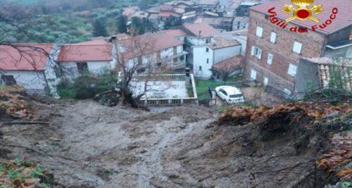 Enorme frana investe le case nel Costentino: evacuate cinquanta persone