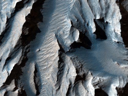 Marte: le immagini di un gigantesco canyon riprese da HiRISE