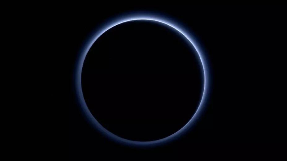 Spazio: una sostanza velenosa nella misteriosa foschia blu di Plutone