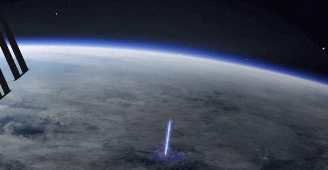 Spazio: un misterioso raggio blu osservato dalla Stazione Spaziale Internazionale