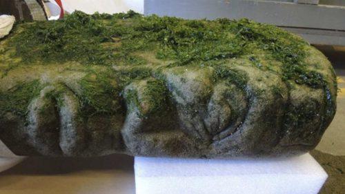 Un volto umano su un antico 'pilastro' scoperto in spiaggia