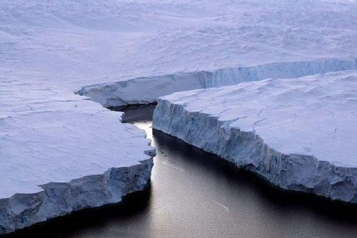 Georgia del Sud: il colossal l'iceberg A-68A si frammenta a pochi chilometri dalla costa